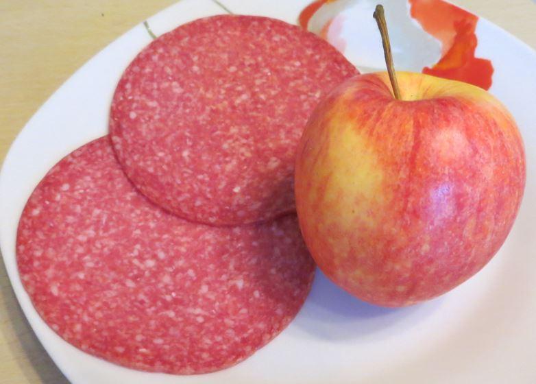 Apfel und Salami als kostenloses Stockfoto